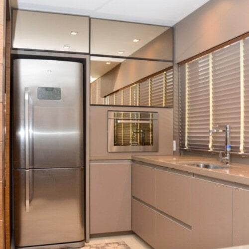 Cozinha com revestimento em espelho bronze e MDF