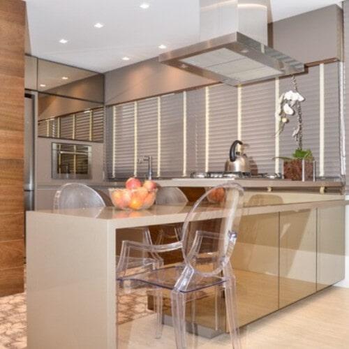 Cozinha com revestimento em espelho bronze