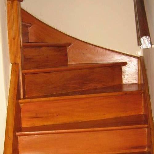 Escada de madeira peroba rosa com aplicação de Bona Wave semi brilho
