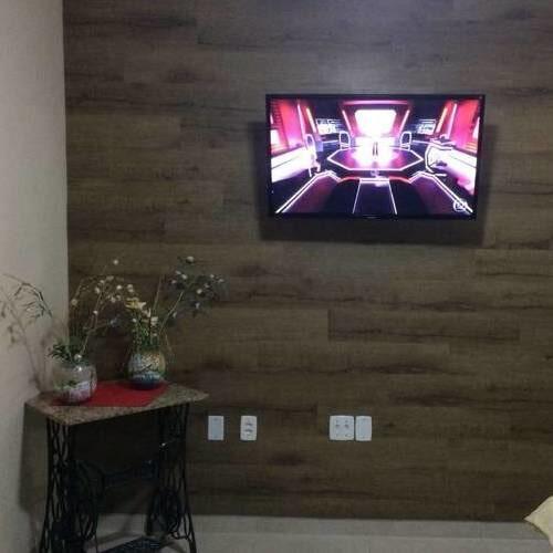 Piso vinílico na parede como painel de televisão