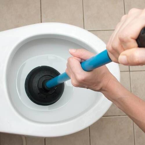 Desentupimento de vasos sanitários.