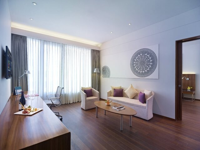 Executive_Suite_Living_Room_w