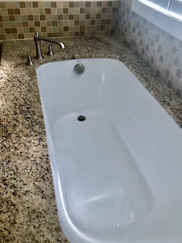 Spacious tub with granite