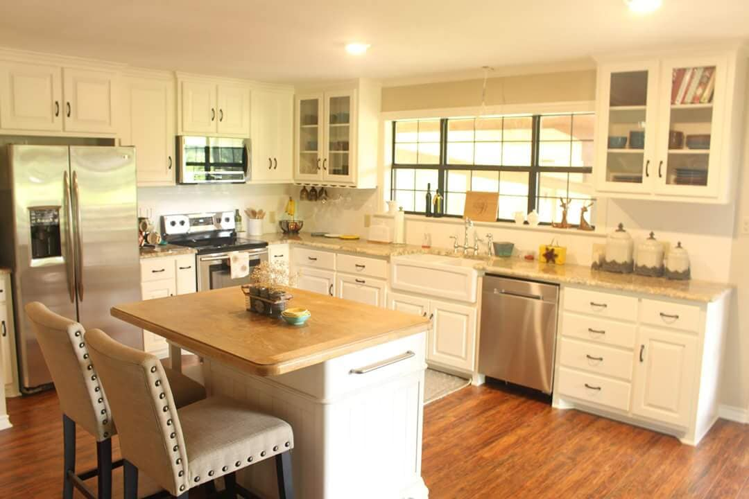 Contemporary kitchen space with lots of light in Flint, TX