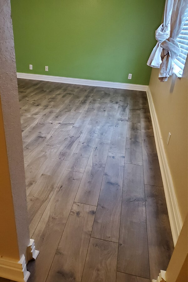 Mohawk Laminate Floor in style Chalet Vista Cheyenne Rock in Stuart home