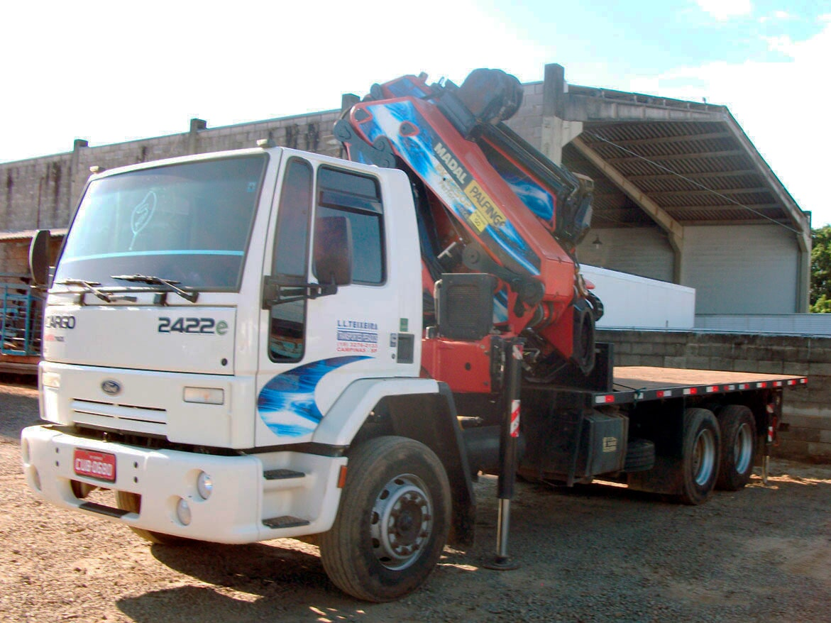Guindaste Vermelho Articulado Caminhão Branco