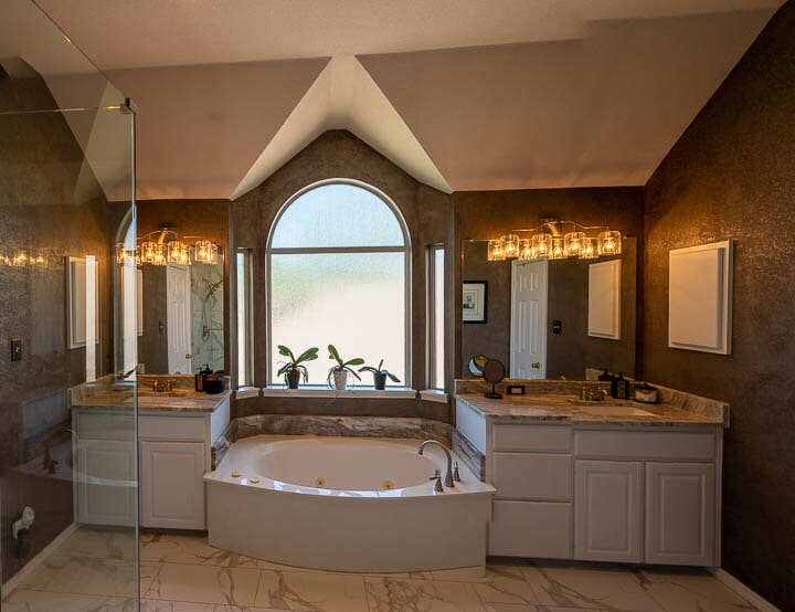 Soaking tub in Lewisville, TX from Floor & Wall Design